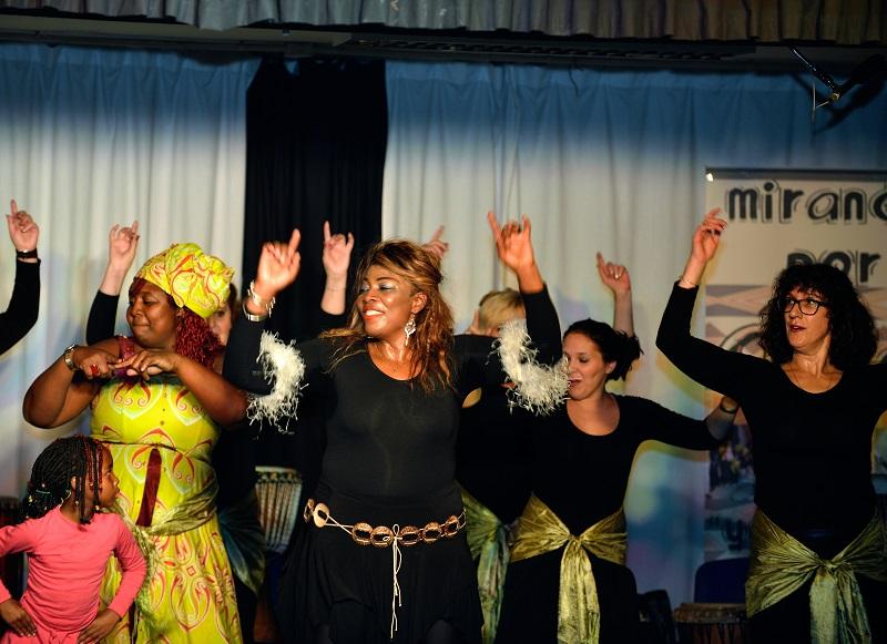 Baile camerunes a cargo del Antoinette y cia.