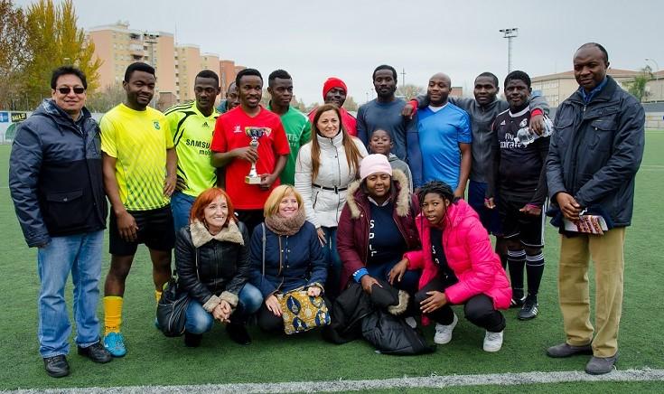Foto del equipo ganador (Equipo Africano del Pozo), junto con las personalidades asistentes.